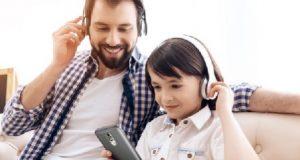 pai e filha com smartphone Positivo