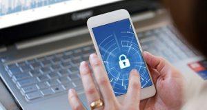 Smartphone e teclado com cadeado dados pessoais