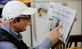 Um senhor usando os óculos que falam