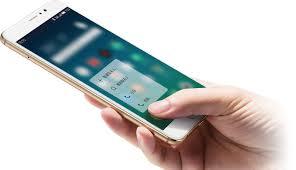 Mão de internauta pesquisando em smartphone
