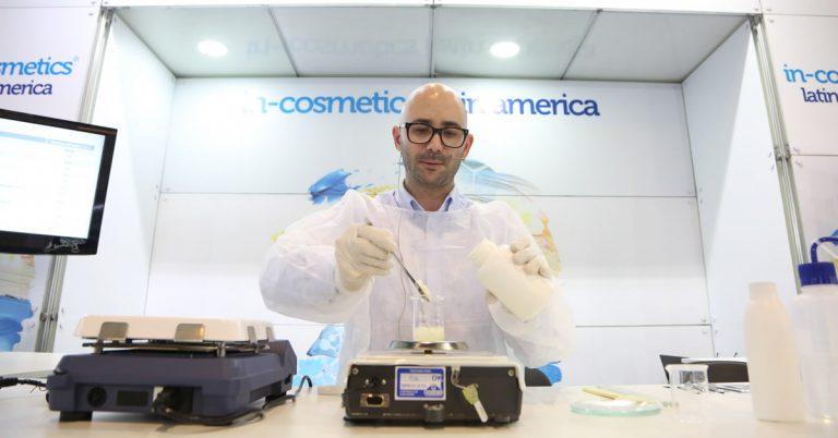 Um químico formulando produto In cosmétic