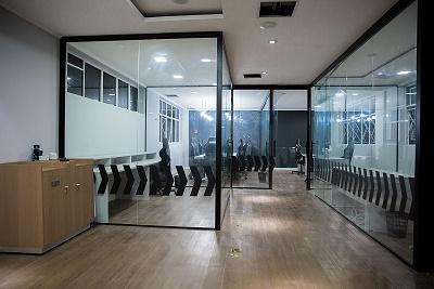 salas de jogos com divisórias de vidro gaming house da INTZ
