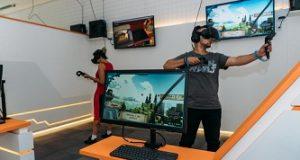 Casal jogando com óculos de realidade virtual