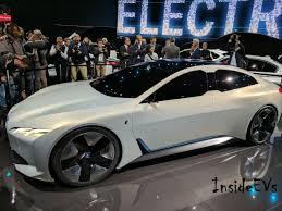 Pessoas  olhando carro elétrico em exposição