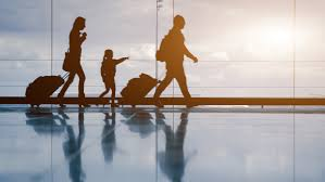 Família carregando malas
