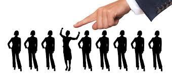 Mão escolhendo recrutamento de estudantes