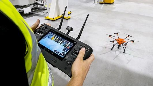 Pessoa operando drones na fábrica Ford