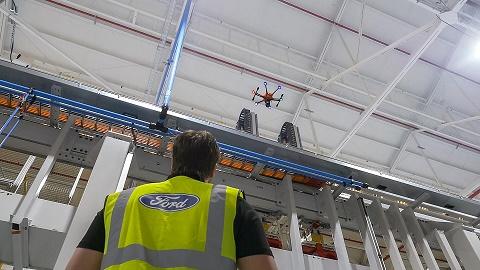 Funcionário da manutenção operando drones