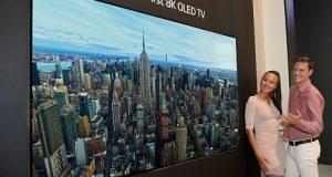 A TV OLED 8K da LG instalada em um painel