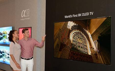 Pessoa apresentando a TV OLED 8K