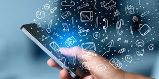 Mão utilizando rede mobile em smartphone