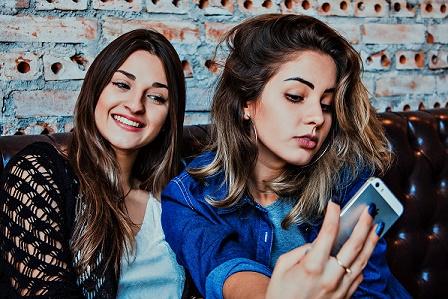 2 moças fazendo Selfies