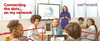 Professora e alunos usando tecnologia Barco