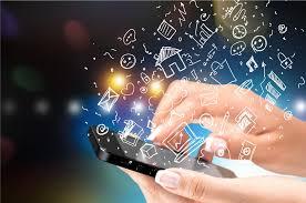 Mão digitando aplicativos em smartphone