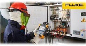 Um eletricista trabalhando