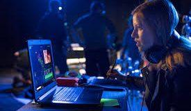 Moça acessando a Intel Newsroom