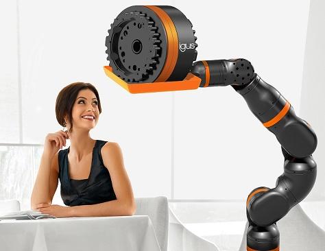 Moça olhando braço do, robô com articulação ReBeL