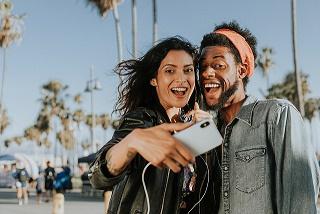 Um casal fazendo Selfies
