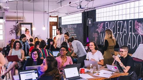 Mulheres em reunião sobre aplicativos