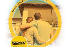 Casal com casa impermeabilizada com Vedacit