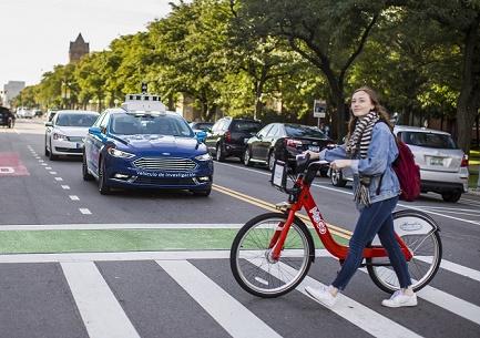 Moça atravessando faixa com bicicleta - Ford sinais