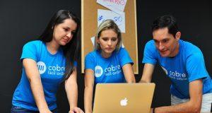 3 pessoas com notebook com startups