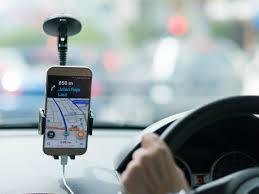 Smartphone no parabrisa com app da Uber