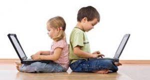 crianças digitando em notebook