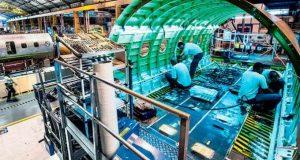 Interior de avião em produção na Embraer