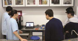 Alunos utilizando impressora 3D