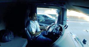 Motorista dirigindo com Tecnologia Vsafe