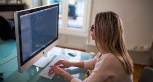 Moça trabalhando remoto freelancer