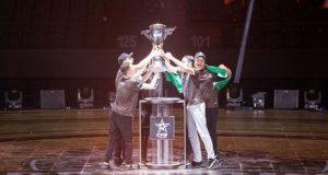 Equipe da Black Dragons recebendo prêmio CROSSFIRE STARS