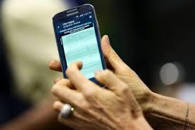 Mãos abrindo o CRLV digital no celular
