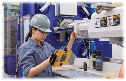 Moça inspecionando equipamentos