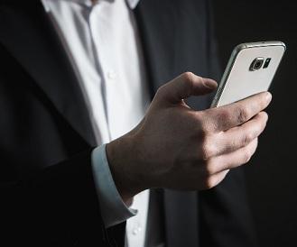 Pessoa digitando appde BI em Smartphone