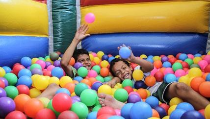 Crianças em piscina de bolinhas apoio Vigo Vídeo