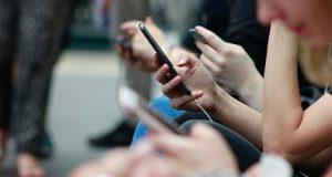 Usuária com smartphone com Google+
