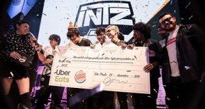INTZ recebendo prêmio da Superliga