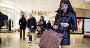 Alguns millennials fazendo compras