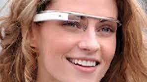 Moça com óculos de realidade aumentada