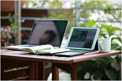 Mesa com notebook e tablet;