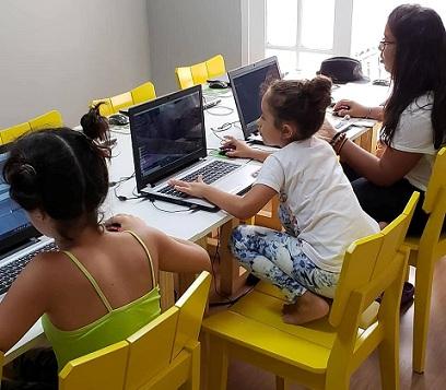 Crianças fazendo curso de Youtuber e de robótica