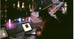 Homem usando notebook em café ou restaurante