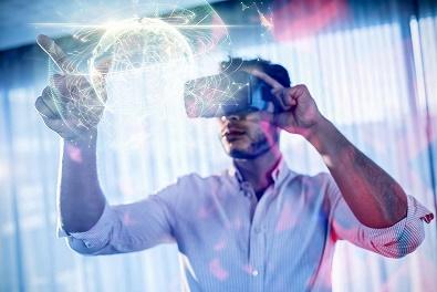 Pessoa com óculos de realidade virtual