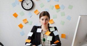 Moça no trabalho usando redes sociais