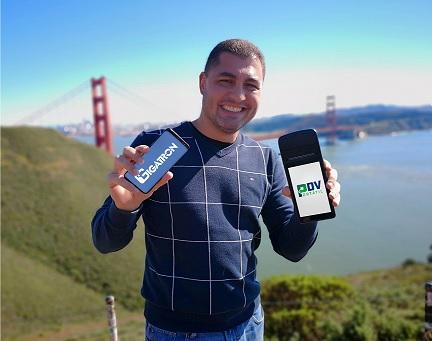 Rapaz com smartphones Gigatron Franchising