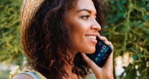 Moça com celular sobre conservação de celulares