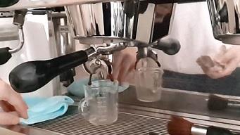 focando máquina de bebidas