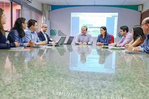 Equipe do relatório de atividade Centro-Oeste lança publicação da atividade Agroeconômica